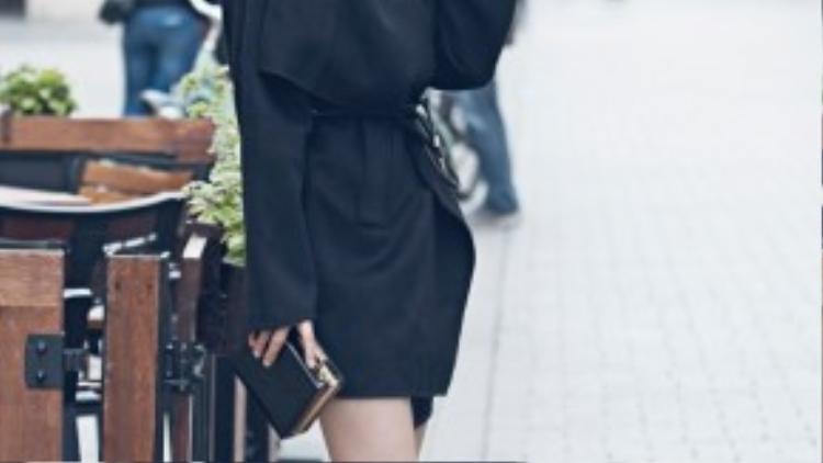 Trong tiết trời thu của Châu Âu, Diễm Trang diện trang phục đơn giản nhưng vẫn toát lên vẻ đẹp rất thời trang, lôi cuốn, cô thu hút nhiều ánh nhìn của người dân trên phố.