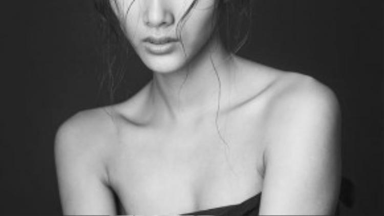 Hoàng Thùy sinh năm 1992, quê Thanh Hóa, sinh viên trường Đại học Kiến Trúc Hà Nội, quán quân Vietnam's Next Top Model 2011, từng sải bước trên các sàn diễn thời trang lớn trong nước và quốc tế như Vietnam International Fashion Week, ELLE Fashion show, London Fashion Week, New York Fashion Week,…