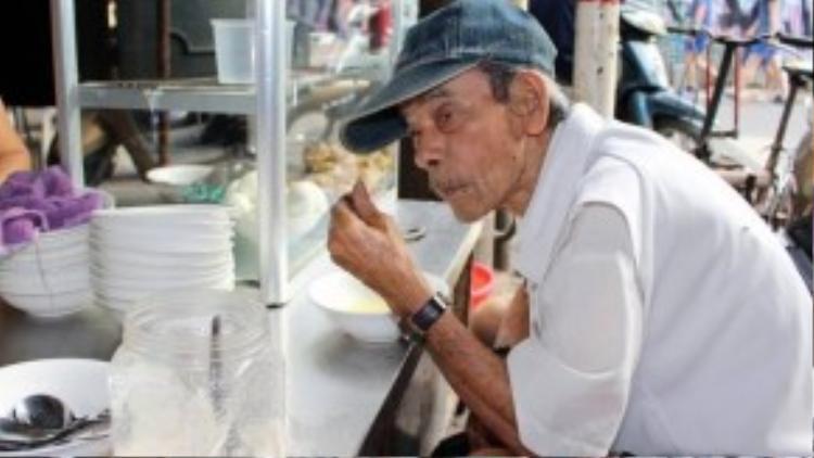 Quán thu hút khách từ người già…