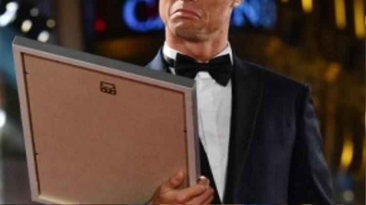 Anh chàng với khuôn mặt hài hước khi nhìn bằng khen về một trong 5 kỷ lục thế giới của mình.
