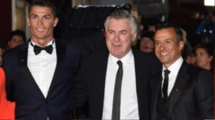 CR7 cùng HLV Ancelotti và người đại diện của Ronaldo - Jorge Mendes.