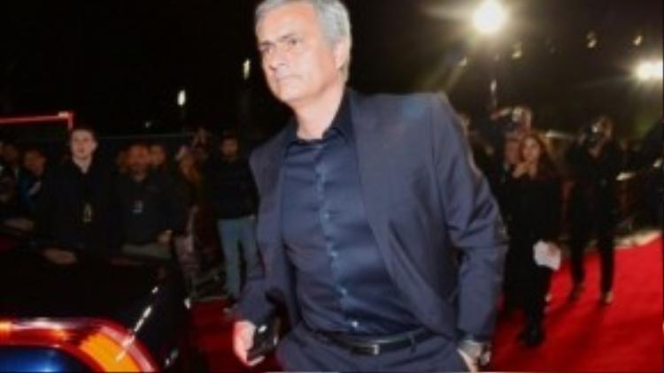 HLv Jose Mourinho Chelsea cũng đến chúc mừng học trò cũ.