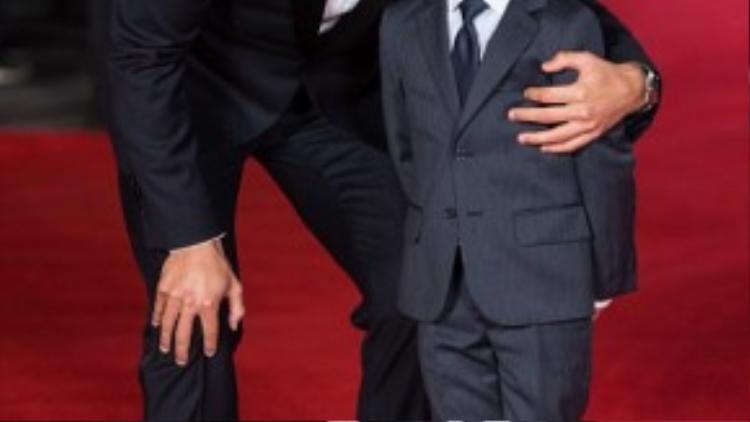 Cậu con trai của CR7 cười hạnh phúc bên người cha nổi tiếng của mình.