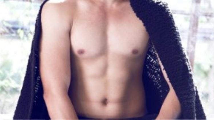 Lê Kiên Định đoạt giải bạc Siêu mẫu 2011, anh sinh ra và lớn lên ở Hải Phòng. Vừa gia nhập làng thời trang nhưng anh chàng 21 tuổi đã sớm gặt hái được một số giải thưởng ở hai cuộc thi Mr Việt Nam và Siêu mẫu.