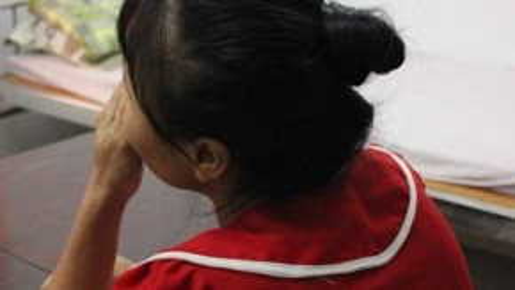 Chị Nguyễn Thị T., mẹ của H. gạt nước mắt chia sẻ về bệnh tình của con và hoàn cảnh gia đình.