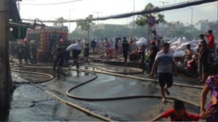 Lực lượng chữa cháy đang tích cực triển khai các phương án giập lửa.