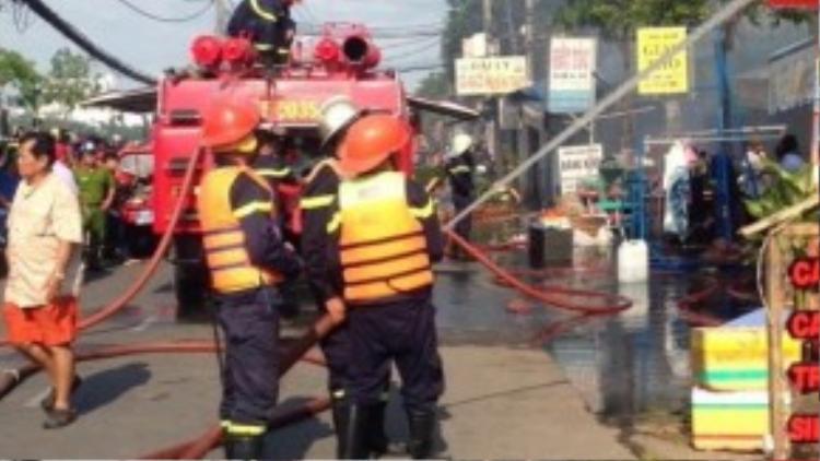 Cảnh sát đang phun nước chữa cháy dãy kiốt.