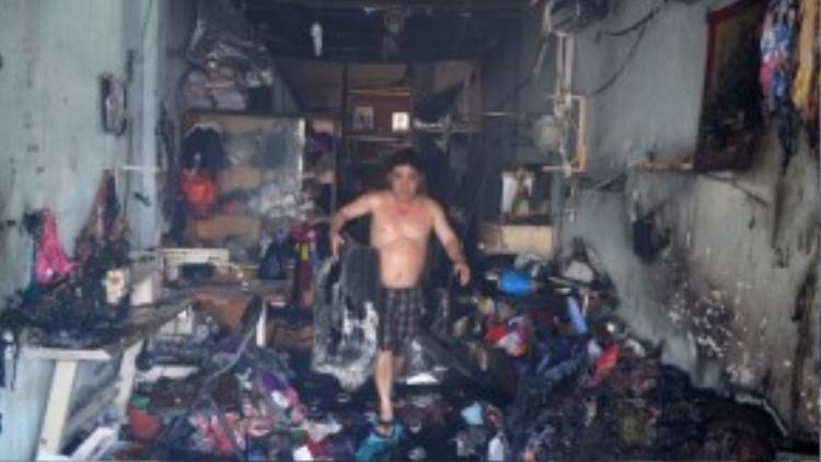 Những gì còn sót lại của một tiệm may nằm trong đám cháy.