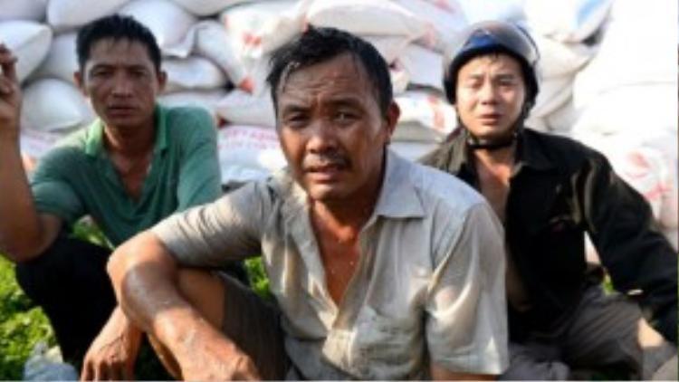 Chủ tiệm gạo mệt mỏi sau khi cứu gạo khỏi đám cháy.