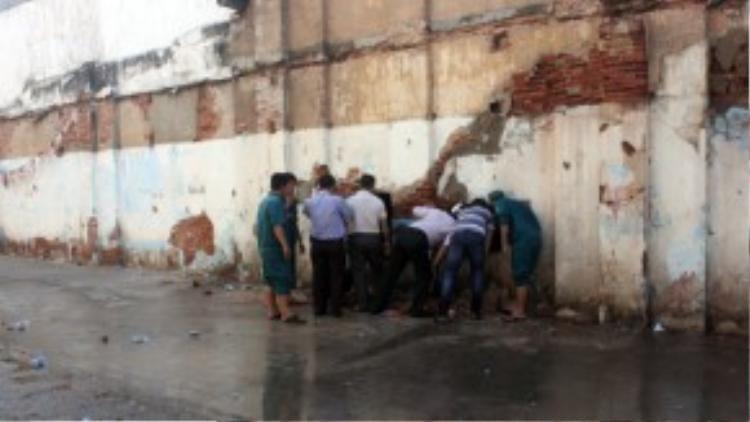 Lực lượng cứu hộ phải đục tường từ phía sau để tiếp cận nạn nhân.