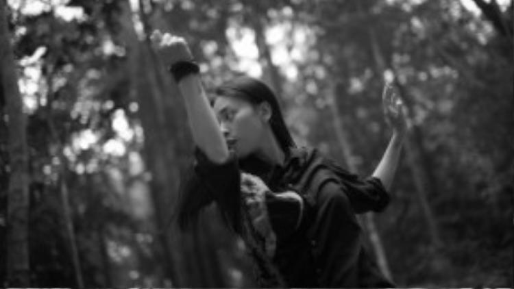 """Trong phim có xuất hiện một số cảnh đánh võ của các thành viên nhóm 365, """"đả nữ"""" Ngô Thanh Vân đã đích thân đứng ra thị phạm cho các học trò của mình và hướng dẫn các góc máy đẹp cho diễn viên để có được những cảnh quay hoàn hảo nhất."""