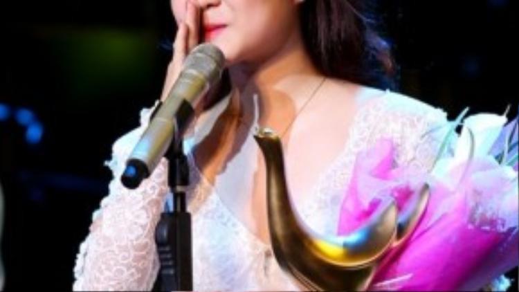 Hương Tràm nhận giải Cống hiến 2013 và không dành lời cảm ơn đến người thầy Thu Minh.