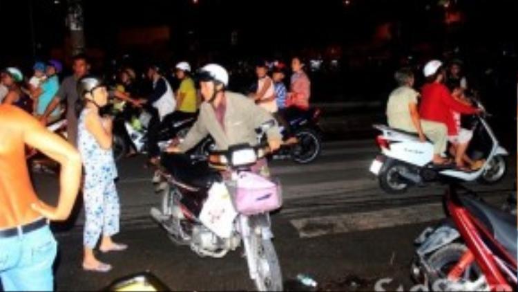 Bà Huệ đi cùng xe cấp cứu, còn ông Sơn tự lái xe máy đi theo.