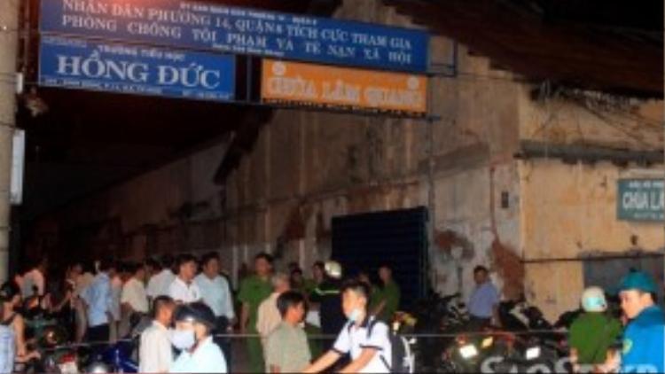 Hiện trường vụ cháy được phong tỏa nhằm tạo điều kiện cho công việc khám nghiệm tử thi.