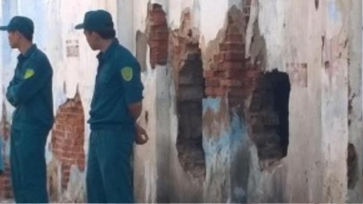 Lực lượng chữa cháy đã đục tường để vào trong cứu nạn nhân.