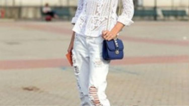 Cô nàng blogger đình đám Jessica Maystein mặc bộ đồ ton sur ton màu trắng với điểm nhấn là chiếc túi sách mini.