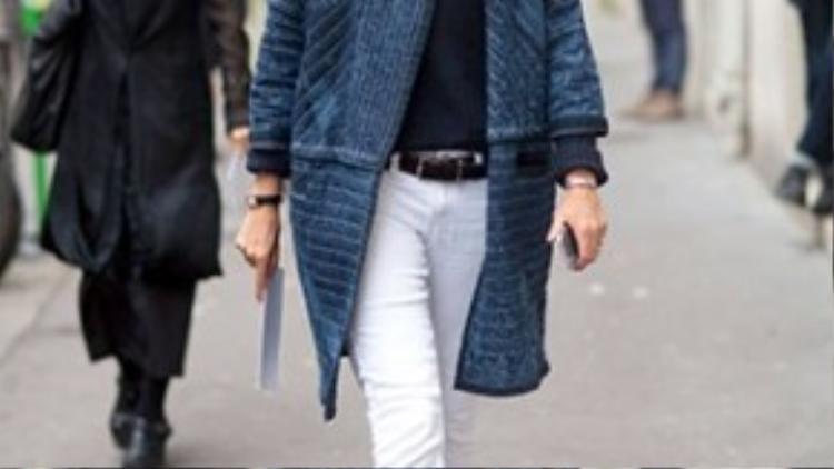 Denim trắng có thể kết hợp ăn ý với bất kỳ món đồ nào dù cùng tông màu hay lệch tông. Emmanuelle Alt- Tổng biên tập của tờ Vogue Paris cho ta thấy những cách mix đồ đơn giản luôn đạt điểm tối đa.