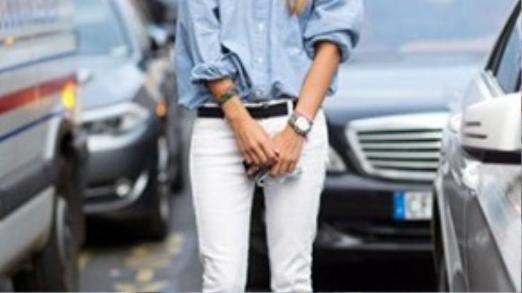 Denim trắng với áo sơ mi, cùng giày cao gót sexy và đồng hồ đeo tay thể hiện bạn là một người năng động và hiện đại.