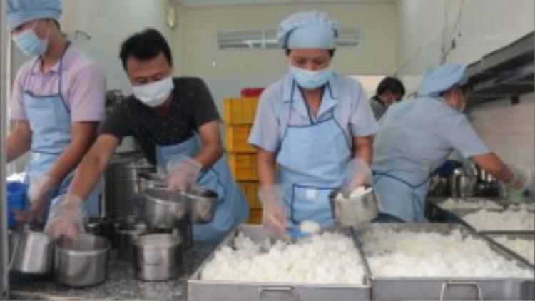 Các nhóm từ thiện đăng ký sẽ được luân phiên sử dụng bếp của Bệnh viện Ung bướu TP để nấu cơm cho bệnh nhân - Ảnh: Tiến Long.