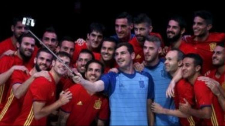 """Thủ thành Iker Casillas và các đồng đội cùng nhau """"tự sướng"""" giới thiệu áo mới."""