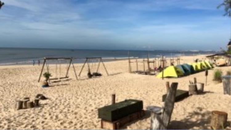 Bãi biển khá tẻ nhạt và rời rạc vào ban ngày. Ảnh: FB Đ.N.D