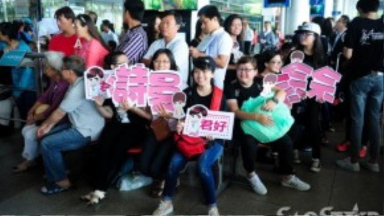 """Bên ngoài sân bay, các fan hâm mộ ngồi đợi từ sáng sớm để nhìn thấy """"bằng xương bằng thịt"""" thần tượng của mình."""