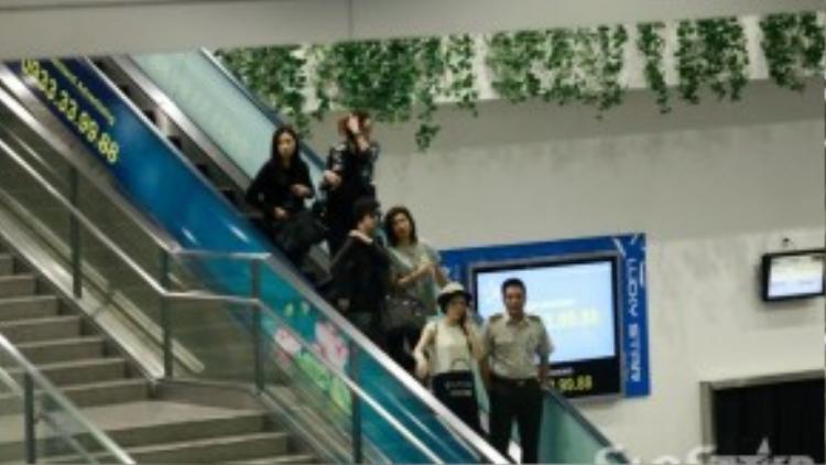 Xa Thi Mạn cùng ê-kíp đến Việt Nam vào sáng nay. Lý Nhã Kỳ ra tận sân bay để đón người bạn của mình.