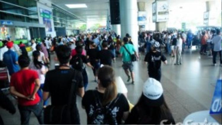 Sân bay Tân Sơn Nhất sáng nay đông kín người.