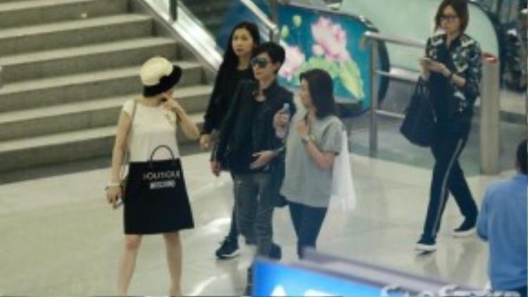 Nữ diễn viên TVB diện trang phục phong cách rock chic cực chất cùng mái tóc tomboy cá tính.