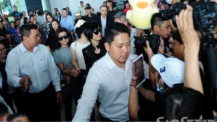 Nữ diễn viên nhanh chóng bị các fan vây kín.