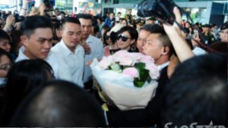 Nữ diễn viên phải nhờ đến lực lượng bảo vệ dẫn đường mới có thể nhích từng bước ra khỏi đám đông.