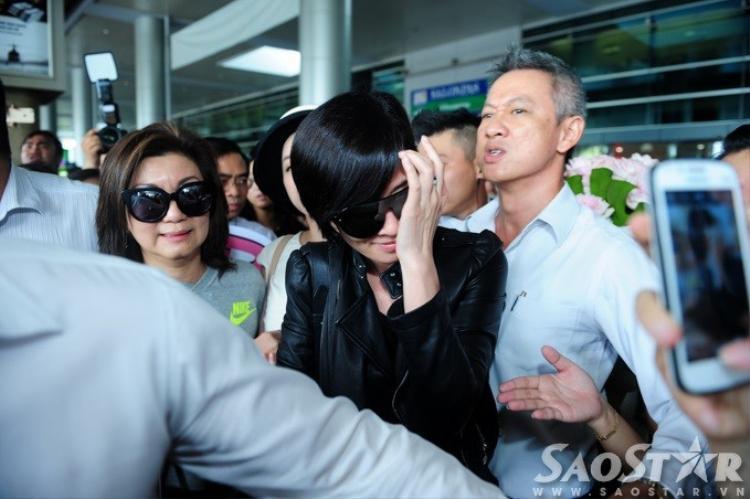 Xa Thi Mạn diện phong cách rock chic gây náo loạn ở Tân Sơn Nhất
