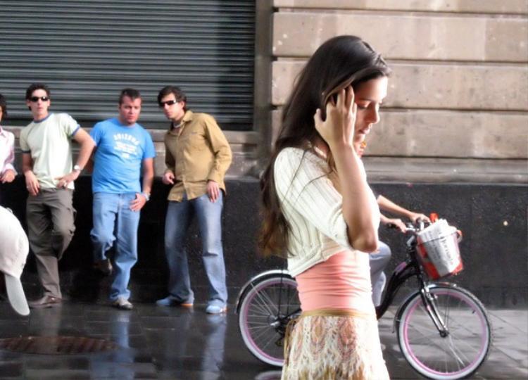 Thái độ của 12 nàng khi bắt gặp ánh mắt tăm tia ngoài đường