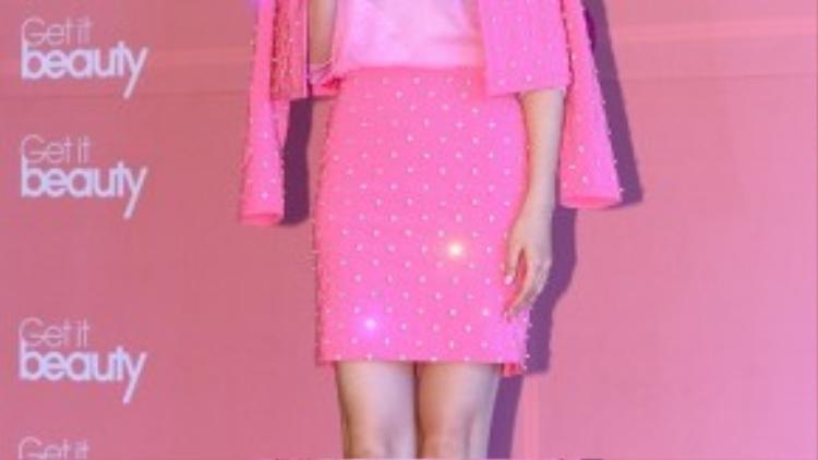 """Cựu hoa hậu Hàn Lee Honey thừa nhận có tạng người dễ tăng cân nên khá vất vả để lấy lại vóc dáng như ý. """"Chỉ cần ăn một chút, tôi sẽ lên cân. Vì thế tôi phải nỗ lực tập luyện thật nhiều"""" - cô nói. Lee Honey từng bị bắt gặp những khoảnh khắc mũm mĩm trước ống kính."""