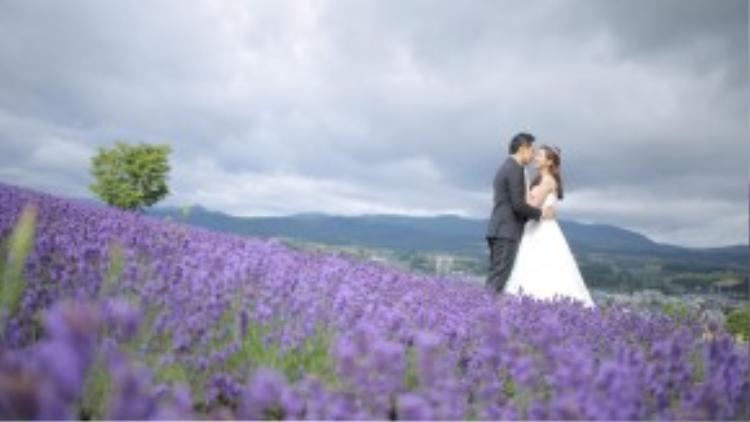 'Ấn tượng nhất là khi vừa bước chân xuống xe, tôi đã có thể nghe thấy mùi hoa lavenderthoang thoảng trong gió. Vì vậy, tôi đã nhân cơ hội chụp thêm bộ ảnh cưới trên cánh đồng hoa oải hương', Trúc Diễm nói.