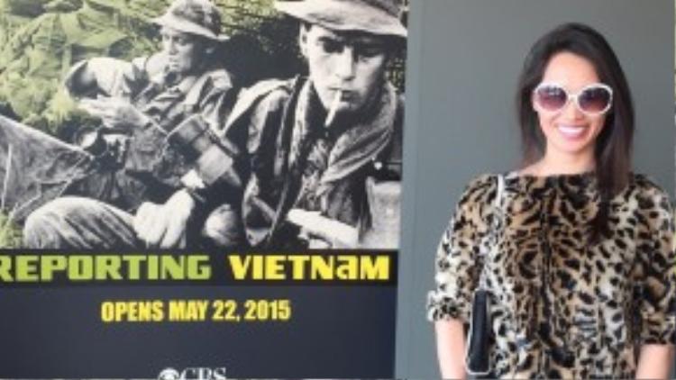 Cô nàng trong trang phục kín đáo khi đến với triển lãm các di tích chiến tranh của người Việt.
