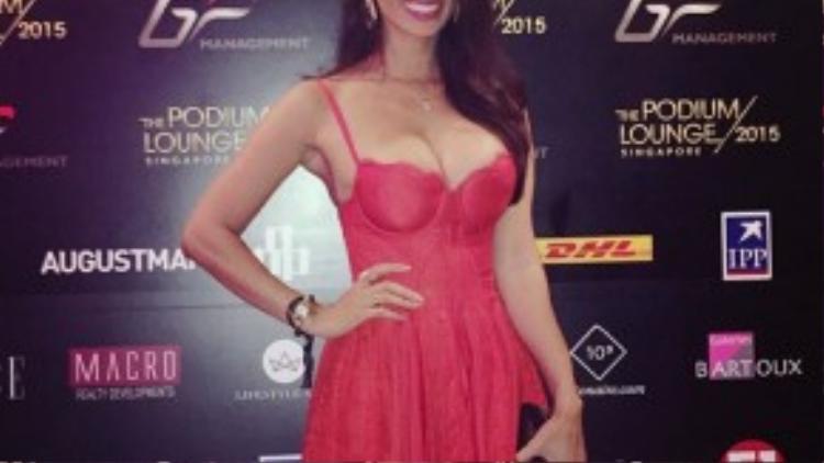 Angie Vũ Hà thường xuyên đốt mắt công chúng bởi những shot hình thời trang nóng bỏng. Vòng ngực chính là thế mạnh của Angie Vũ Hà.