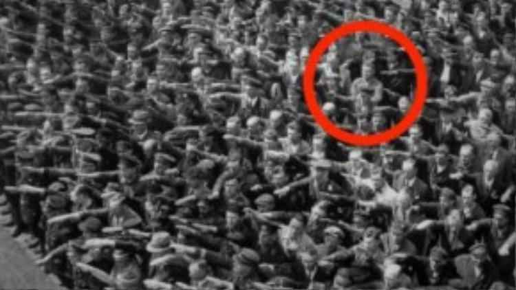 August Landmesser đứng khoanh tay và không giơ tay chào Hitler. Ảnh: Business Insider