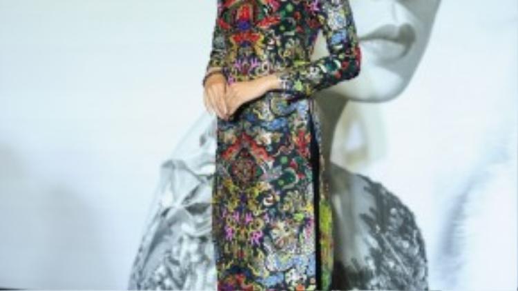 Á hậu Trương Thị May diện áo dài truyền thống do NTK Thuỷ Nguyễn dành tặng riêng. Với các hoạ tiết được đính đá cầu kì trong vòng 6 tháng, bộ trang phục có giá khoảng 40 triệu đồng.
