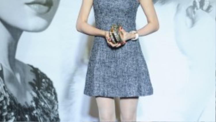 Trà Ngọc Hằng chứng tỏ mình là tín đồ thời trang sành điệu với set hàng hiệu: váy và giày Dior, ví LV. Riêng chiếc váy nằm trong collection mới nhất của Dior có giá 5.000 USD.