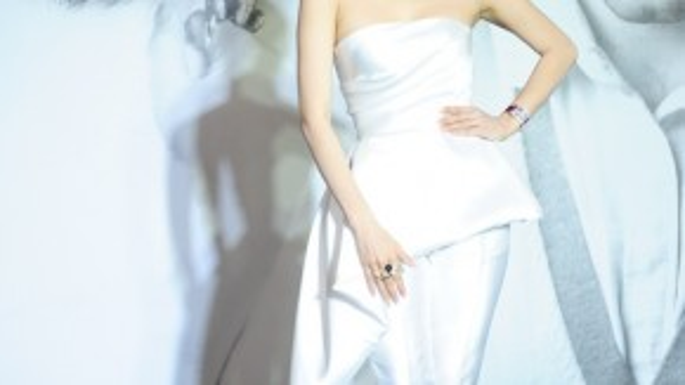 Ca sĩ Minh Hằng sang trọng và đẳng cấp với tông trắng trong thiết kế Huy Trần.