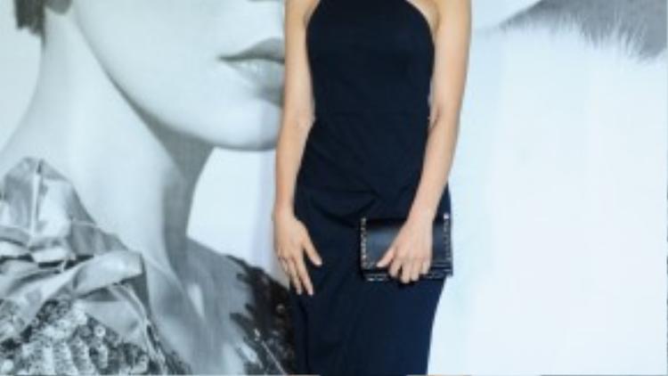 Bộ váy đen đơn giản của Diệp Lâm Anh do NTK Lê Thanh Hoà thiết kế, có giá 25 triệu đồng.