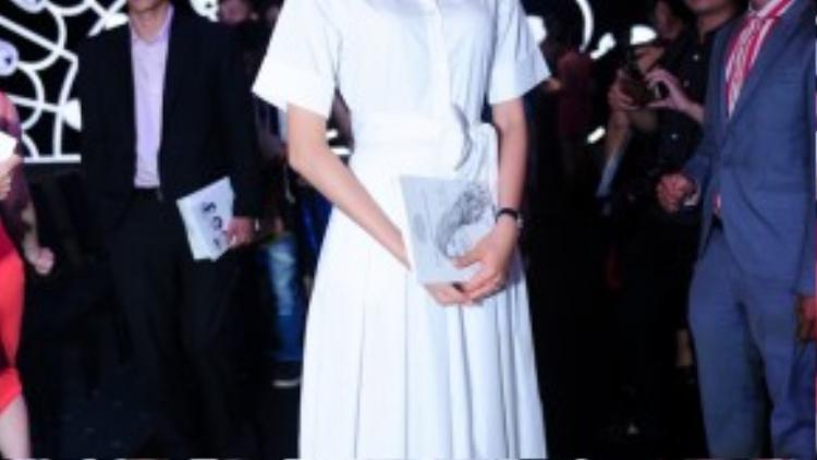 Hoa Hậu Phạm Hương quyến rũ với sơ-mi trắng và nụ cười rạng rỡ.