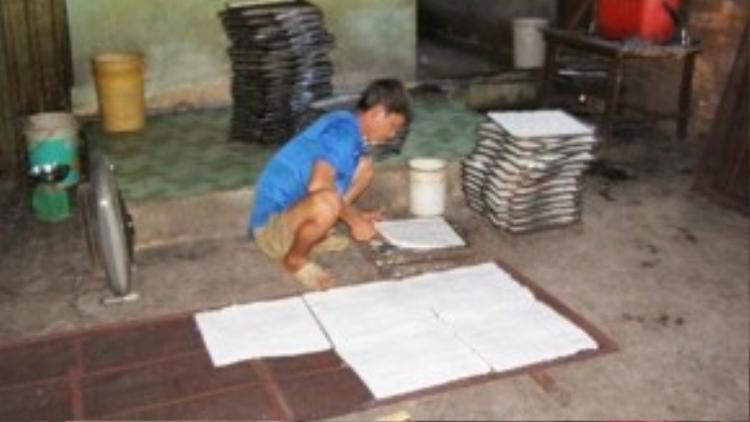 Công đoạn sản xuất cơm cháy được thực hiện trên nền đất. Ảnh: TRẦN NGỌC