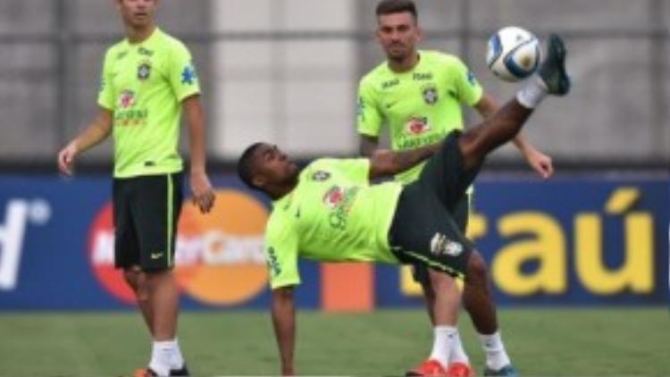 Các cầu thủ Brazil tập luyện không mệt mỏi.