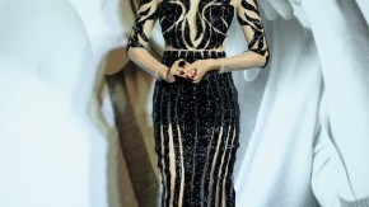Dù được đính dá cầu kì công phu nhưng chiếc váy với hoạ tiết kẻ sọc phần đuôi đã khiến Hương Giang không khác gì… cô nàng bạch tuộc. Kiểu tóc tết điệu đà còn khiến bộ trang phục trở nên rối mắt hơn.