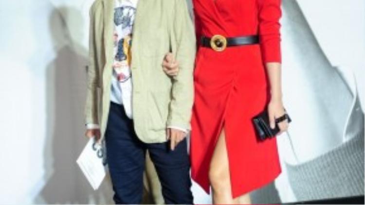 Cựu siêu mẫu Vương Thu Phương diện skirt dress khá đơn giản được nhấn nhá bằng chiếc thắt lưng ở eo. Kiểu tóc búi cao đơn giản đã khiến cô nàng trở thành nữ nhân viên văn phòng đích thực.