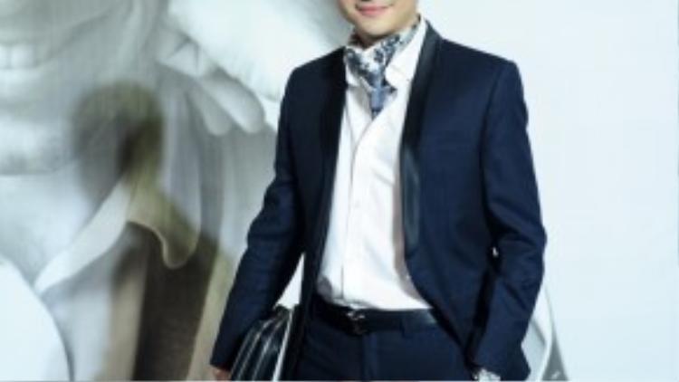 Chàng ca sỹ Nam Cường sẽ trở thành một quý ông lịch lãm nếu không có chiếc khăn được quấn một cách nặng nề ở cổ.