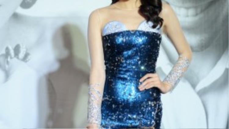 Hoa hậu Kỳ Duyên luôn khiến công chúng hoài nghi về phong cách thời trang thất thường của mình. Chiếc áo có kiểu dáng cúp ngực khó hiểu, cùng với chất liệu sequin đã vô tình làm lộ vòng 2 không mấy thon thả của cô nàng.