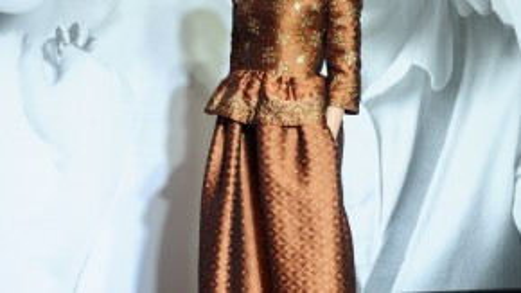 Hoa hậu quý bà Bùi Thị Hà mang đến phong cách thời trang âm hưởng dân tộc, dù họa tiết khá cầu kỳ nhưng lại chưa phù hợp với một fashion show.